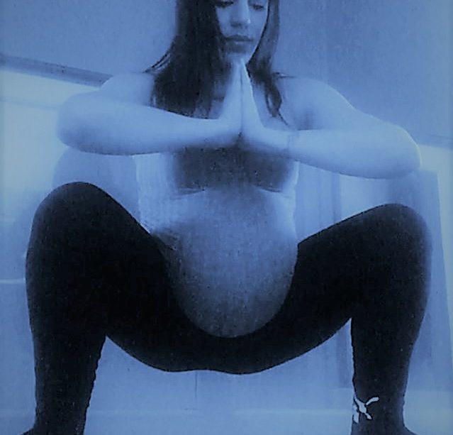 yoga en casa embarazada cuclillas